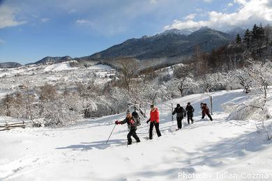 Snowshoeing in satul Simon