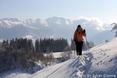 Snowshoeing in satul Magura